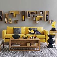 Chez Bemz je peux commander une housse pour mon vieux canapé ikea en jaune soleil.  Mon sol est gris, le mur est blanc, les autres meubles bois. Je coudrais des coussins blancs et noir pour l'hiver.