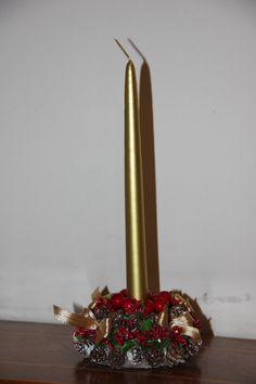 Centrotavola natalizio con candela dorata