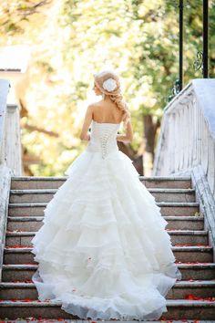 Ne visăm de mici în rochițe albe, lungi si diafane, dar abia acum când momentul se apropie ne dăm seama că nu știm cum vrem să ne aranjăm părul la nuntă.  La salonul Style Studio Chisinau te vom face să arăți ca o prințesă în ziua nunții.  Programări: 022 260 883 sau 079 600 04 Style Studio Chișinău str. Al. Pușkin, nr. 47/5