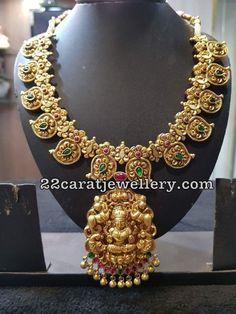 24k Gold Jewelry, Gold Jewellery Design, Temple Jewellery, Jewelry Patterns, Indian Jewelry, Wedding Jewelry, Mango, Siri, Emeralds