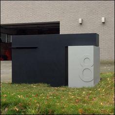 Brievenbus maatwerk, met huisnummer in relïef Front Porch Makeover, Mcm House, Boundary Walls, Little Gardens, Post Box, Wayfinding Signage, House Entrance, Fence Design, House Numbers