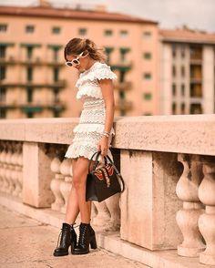 Hi-lo kinda outfit 🔥 {Quebrando o romantismo do vestido com o coturno! AMO MUITO! 😍} #ThassiaStyle #ootd #verona