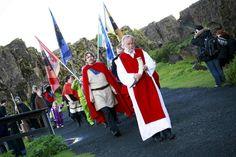 Hilmar Örn Hilmarsson (edessä) johtaa islantilaista Ásatrú-järjestöä, joka pohjaa skandinaavisiin muinaistaruihin.
