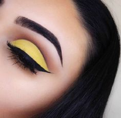 Yellow shadow on brown-haired girls and ladies with brown eyes may easily stand nicely. Select a little stronger shades of yellow so it could nicely and accurately be applied. Black eyeliner is a beautiful contrast to the gentle yellow.