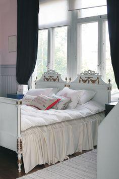 Kustavilaistyyliset sängyt ovat alkuperäis-kunnossaan ja peräisin 1920-luvulta. Leila on tehnyt tyynyihin päällisiä ruotsalaisista yli satavuotiaista kirjotuista seinävaatteista ja pyyheliinapeitteistä.