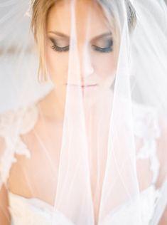 10 Romantische foto´s van de bruid met haar sluier | www.bruiloftinspiratie.nl