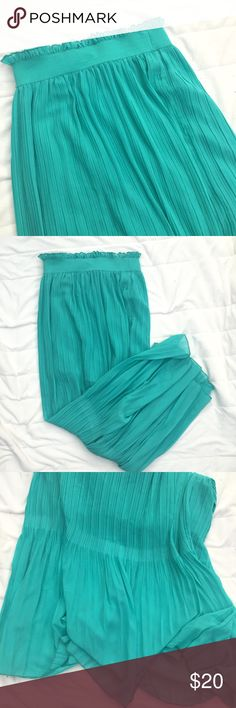 "Teal pleated maxi skirt Beautiful teal pleated maxi, cinched at the top with an elastic. Has an underskirt. Also 100% polyester. Approx 41"" long. ANY QUESTIONS PLEASE ASK.🌿 Papaya Skirts Maxi"