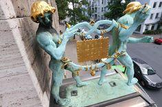 HANNOVER List - Der goldene Leibniz Keks der von den Bahlsen Boys gehalten wird. Ist trotzdem geklaut worden, aber nun wieder da und auch noch renoviert worden! hanover germany