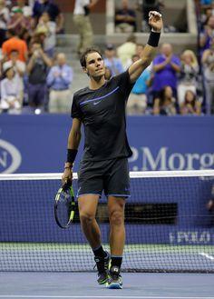 Nadal a franchi un cap dans son opération reconquête. L'Espagnol a atteint la seconde semaine d'un tournoi du Grand Chelem, cela faisait plus d'un an que cela ne lui était plus arrivé. Depuis RG 2015 il n'avait donc jamais dépassé le 3e tour... jusqu'à ce vendredi. A l'US Open, le Majorquin a dominé le Russe Andrey Kuznetsov sans sourciller (6-1, 6-4, 6-2), brisant enfin cette série à peine croyable pour celui qui a remporté 14 GC.  Vamos Rafa ! Nadal Us Open 2016