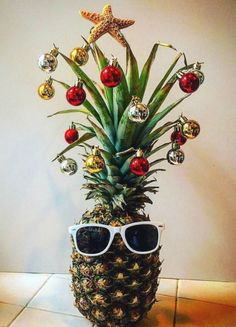 Fun Pineapple Christmas Tree Idea with a Tropical Island Flair for Christmas in July! Summer Christmas, Diy Christmas Tree, Coastal Christmas Decor, Hawaiian Christmas Tree, Tropical Christmas Decorations, Christmas Island, Outdoor Christmas, Alternative To Christmas Tree, Christmas Florida