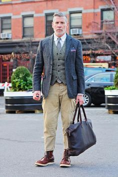 This pairing of a navy wool blazer and khaki cargo pants is definitive proof that a simple casual outfit can still be really interesting. Does this look feel all-too-perfect? Invite burgundy leather work boots to spice things up. Nick Wooster, Khaki Pants Outfit, Khaki Cargo Pants, Blazer Vest, Estilo Preppy, Look Man, Men Street, Street Wear, Moda Masculina