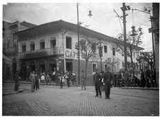 Fotografia tomada da esquina da Praça Antônio Prado em direção à Rua de São João, por volta do ano de 1915. O prédio da esquina foi construído em 1814 e demolido em 1915, para no mesmo local ser construído o Edifício Martinelli. Nesse prédio funcionou, por volta do ano de 1860 o Hotel Itália Brasil e, até 1915 o popular Café Brandão.