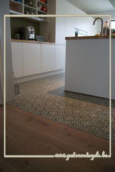 Combi cementtegels en parket Küchen Design, Floor Design, House Design, New Kitchen, Kitchen Decor, Transition Flooring, Kitchen Flooring, Interior Design Inspiration, Interior Design Living Room