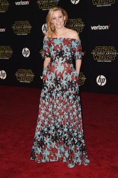Elizabeth Banks wore a romantic and flirty off-the-shoulder gown that had a printed design with embroidered texture for a fresh appearance.