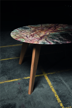 Naturstein und Holz - ein Tisch, der zwei ganz unterschiedliche Materialien vereint. Die 2cm dicke Natursteinplatte erhält durch die sich verjüngende Kante eine gewisse Leichtigkeit und scheint fast zu schweben. Da es sich jeweils um natürliche Produkte handelt, ist jeder Tisch ein Unikat und hat eine ganz eigene Optik. Den Diningtable gibt es mit 120cm und 140cm Durchmesser. Natürlich kann der Tisch auch auf Ihr Wunschmaß gefertigt werden. Kante, Furniture, Home Decor, Natural Stones, Dinner Table, Timber Wood, Essen, Levitate, Decoration Home