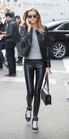Calça de couro e jaqueta de couro são eternas! Combine com o tricô cinza pra ficar casual e despojado.