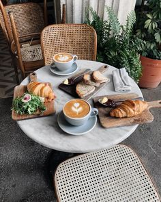 Image uploaded by Lucian. Find images and videos about food, yummy and coffee on We Heart It - the app to get lost in what you love. Coffee Shop Aesthetic, Aesthetic Food, Breakfast Photography, Food Photography, Cafe Food, But First Coffee, Coffee Cafe, Breakfast Time, Coffee Break