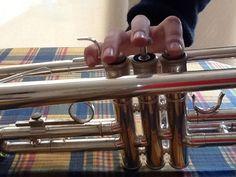 2/3 La trompeta tiene 3 pistones pero dos están chafados.