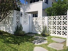 Palm Springs Houses, Breeze Block Wall, Beautiful Small Homes, Backyard Buildings, Front Courtyard, Entry Wall, Front Fence, Home Landscaping, Facade Architecture