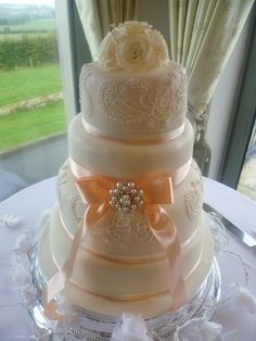 Wedding cake peach + piped lace