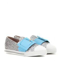 Miu Miu - Baskets slip-on en cuir et paillettes - Entre les slippers et les baskets, ces chaussures imaginées par Miu Miu vous invitent à rester chic tout en adoptant une démarche tout terrain. Elles sont ornées de paillettes, et sont contrastées par un embout blanc et une sangle en cuir bleu givré à boucle oversized. Elles se porteront aussi bien avec vos jupes qu'avec vos jeans slim. seen @ www.mytheresa.com