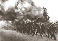 1. Op dit plaatje zie je soldaten met geweren lopen. Ze zijn op oorlogspad. De soldaten die vooraan de groep lopen hebben het huis al in brand gestoken. De rij van soldaten is heel lang, dus dat betekend dat de oorlog nog lang niet klaar is. 2. Het plaatje is zwart-wit dit versterkt het dramatische effect (dat de soldaten oorlog moeten gaan voeren). De rook geeft een atmosferisch perspectief. Het geeft het effect dat het lijkt alsof er een hele stad in brand staat.