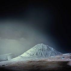 Andy Lee est un artiste anglais. On vous propose aujourd'hui de découvrir ces photographies prises en Islande, à l'aide de l'option infrarouge. Une technique qui rend le paysage plus impressionnant quand on regarde les clichés de plus près.