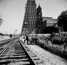 Edificio de la Torre Banobras (Banco Nacional Hipotecario) durante la construcción, Nonoalco Tlatelolco, México DF 1962  Arq. Mario Pani y Luis Ramos -  Torre Banobras (Banco Nacional Hipotecario) during construction, Nonoalco Tlatelolco, Mexico City 1962
