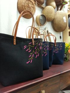 Flower Embroidery Designs, Embroidery Bags, Handmade Bags, Diy And Crafts, Tote Bag, Wallet, Purses, Canvas, Sewing