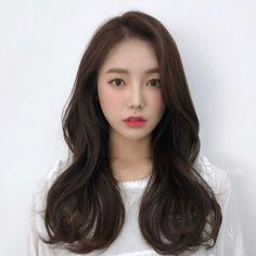 Beautiful length with natural styling. Korean Haircut Long, Korean Long Hair, Korean Hair Color, Korean Medium Hair, Korean Hairstyle Long, Korean Hairstyles Women, Medium Hair Cuts, Long Hair Cuts, Long Curly Hair
