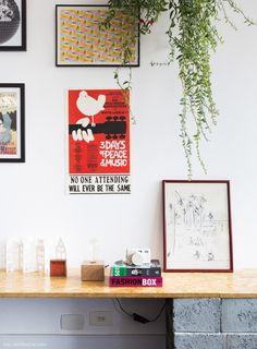 Livros, quadros e plantas decoram esse cantinho do estar.