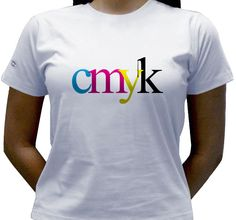 Camiseta estampada com as letras cmyk