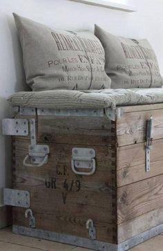 Un coffre en vieux bois, qui fait banquette, de style industriel, le comble du bonheur!!!