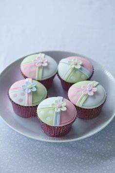 Patchwork #Cupcakes Pretty Pastel Colours #CakeDecorating #LearnWithUs #Issue28