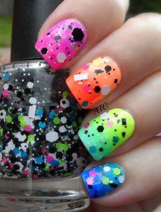 uñas de neon de colores con accesorios