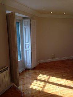 Vivienda recién reformada, cuenta con 4 dormitorios con armarios empotrados y balcones al exterior, 2 baños,1 despacho, salón amplio y luminoso, cocina equipada con electrodomésticos. Trastero y plaza de garaje incluidos.