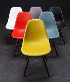 A gaggle of Eames. Mod Furniture, Furniture Design, Chair Design, Charles & Ray Eames, Mid Century House, Mid Century Furniture, Home Decor Kitchen, Modern Interior Design, Mid-century Modern