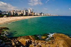 Leblon forma com Ipanema o circuito mais agitado das areias cariocas, sua ciclovia fica lotada de famosos e anônimos