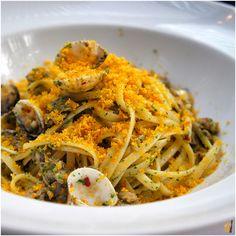 Linguini com vôngoles salteados em vinho branco, alho, salsinha e pimenta calabresa seca finalizado com bottarga ralada do Santovino
