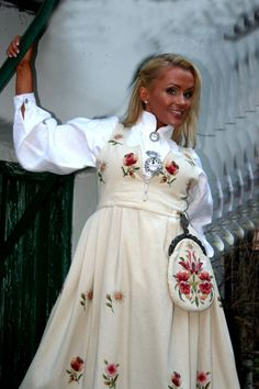 Pretty dress Tonsberg, vestfold bunad from Folk Costume, Costumes, Norwegian Clothing, Culture Clothing, Diamond Wedding Sets, Historical Costume, Traditional Dresses, Scandinavian Design, Pretty Dresses