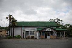懐かしい書体の駅名標。模型のような小さな木造駅舎。静かな駅。2010/5 JR常磐線 夜ノ森駅© 2010 風旅記(M.M.) 風旅記以外への転載はできません...