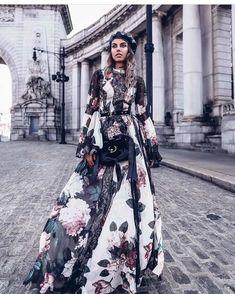 Для платьев все сезоны хороши, и не стоит думать, что циклон, приносящий с собой похолодание, может изменить ваше желание быть нежной и женственной. Прохладной весной и дождливой осенью можно смело носить платья с длинным рукавом 2018, выбирая яркие и сочные цвета, способные оживить любой образ.