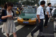 北京(Beijing)で、横断歩道を渡る歩行者の間を通過しようとするタクシー(2014年6月10日撮影)。(c)AFP/GREG BAKER ▼11Jun2014AFP|北京市、APECサミット前に市民の「文明化」目指す http://www.afpbb.com/articles/-/3017388 #Beijing