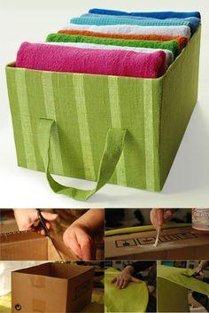 Muchas veces necesitamos algunas cajas para organizar diferentes cosas en el hogar y en este caso vemos como con algo de tela y cola para pegar puedes personalizar y dar un nuevo uso muy ingenioso reciclando una simple caja de cartón. Mira los pasos en la siguientes imágenes.  Vía artesnick…