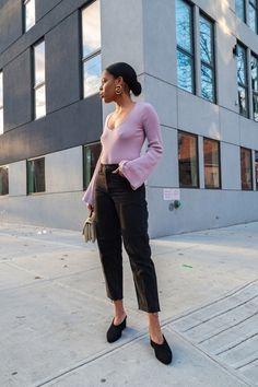Low bun, low cut top, bell sleeves, mom jeans, and black mules. New spring uniform #SpringStyle #SummerStyle #OOTD #WeekendLook #GirlsNightOut #DateNight #lowbun, #bellsleeve #momjeans Fashion Beauty, Fashion Looks, Black Mom Jeans, Girls Night Out, Spring Fashion, Latest Trends, Bell Sleeves, Dressing, Black Mules