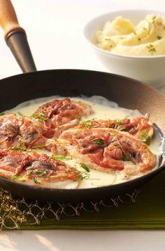Hähnchen-Schinken-Schnitzel mit Basilikum-Käse-Sauce #hochland #käse #rezept #recipe #cheese #gouda #leicht #light #hähnchen #chicken #schnitzel #sauce #schinken #basilikum