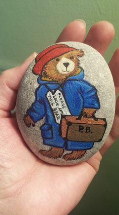 Paddington by Michael Bond. Stone Art Painting, Pebble Painting, Pebble Art, Rock Painting, Painted Rock Animals, Hand Painted Rocks, Rock Crafts, Arts And Crafts, Diy Crafts