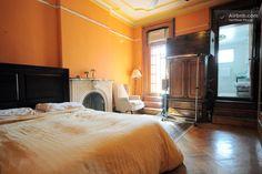 Großes Schlafzimmer mit eigenem Bad in Brooklyn