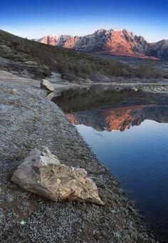 """""""COLD AND WARM""""/""""GÉLIDA CALIDEZ"""" by Juan PIXELECTA on 500px El sol viste de rojo a la montaña negra de Palencia. De rojo se engalana el Curavacas, el más mítico"""".  Fotografía realizada a orillas de Camporedondo. Deseo que os guste."""