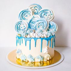 Детский торт на день рождения мальчика в бело-голубых тонах. Внутри ванильный бисквит, карамельный мусс, шоколадно-ореховое пралине, сливочно-сырный крем. В декоре меренга, шоколадные динозаврики. Автор @natport_cakes